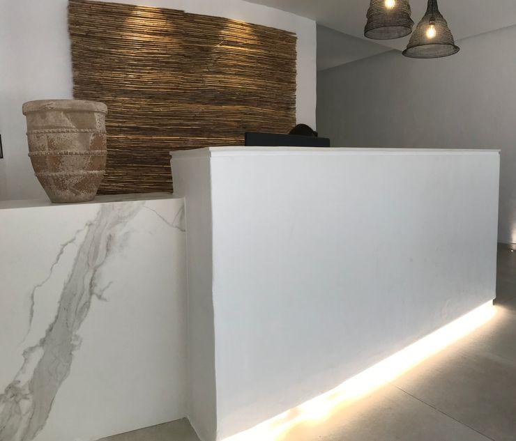 Diseño de Recepción en wellnes center A interiorismo by Maria Andes Hoteles de estilo mediterráneo Cerámico Blanco