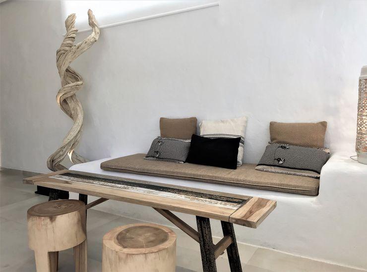 Madera natural A interiorismo by Maria Andes Hoteles de estilo mediterráneo Cerámico Blanco