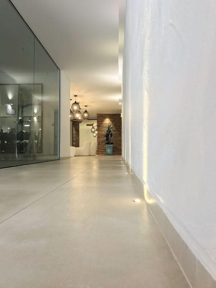 Iluminación A interiorismo by Maria Andes Hoteles de estilo mediterráneo Cerámico Blanco