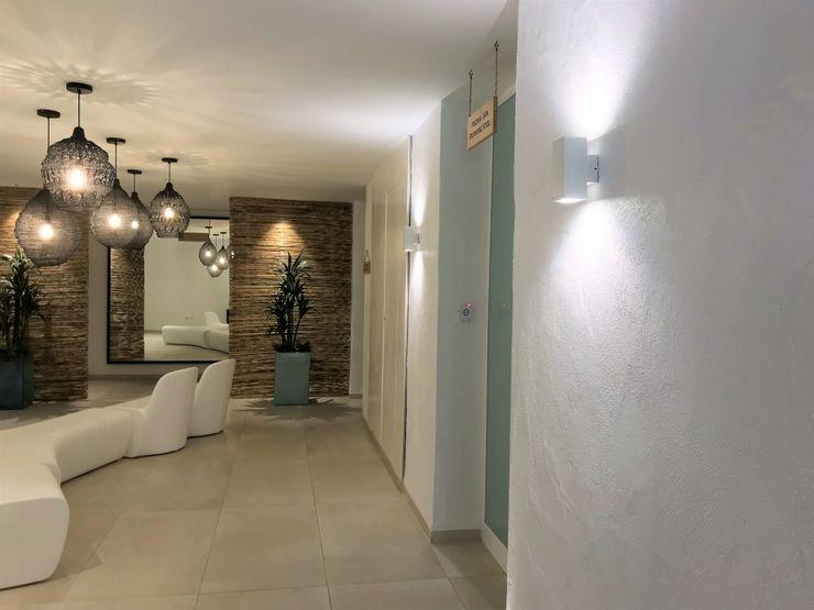 Apliques decorativos A interiorismo by Maria Andes Hoteles de estilo mediterráneo Cerámico Blanco