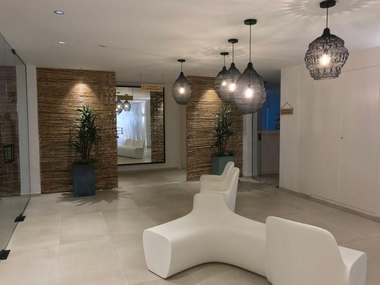 Banco central A interiorismo by Maria Andes Hoteles de estilo mediterráneo Cerámico Blanco