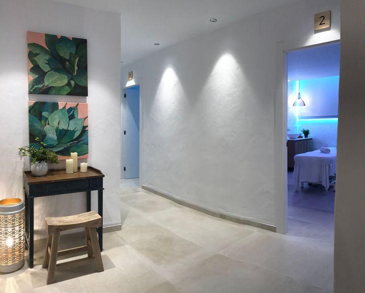 Decoración en Beauty center A interiorismo by Maria Andes Espacios comerciales de estilo mediterráneo Cerámico Blanco