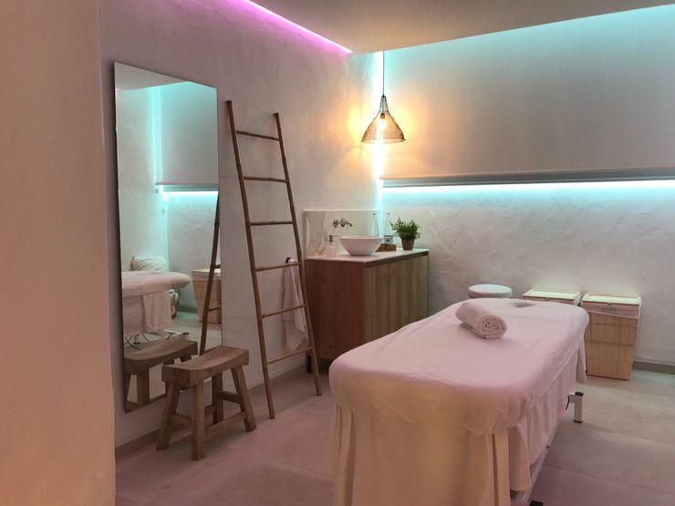 Sala de masaje A interiorismo by Maria Andes Espacios comerciales de estilo mediterráneo Cerámico Blanco