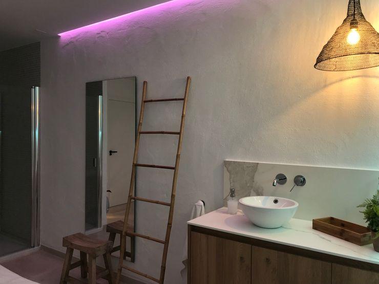 Complementos decorativos A interiorismo by Maria Andes Espacios comerciales de estilo mediterráneo Cerámico Blanco