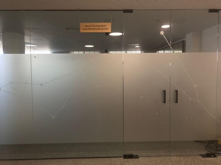 Mamparas de vidrio vinilado A interiorismo by Maria Andes Espacios comerciales de estilo mediterráneo Vidrio Blanco