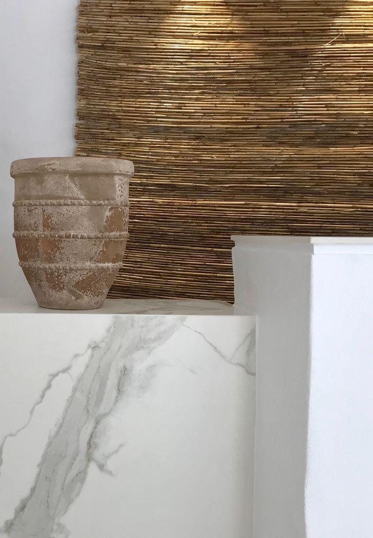 Texturas y acabados A interiorismo by Maria Andes Hoteles de estilo mediterráneo Cerámico Blanco