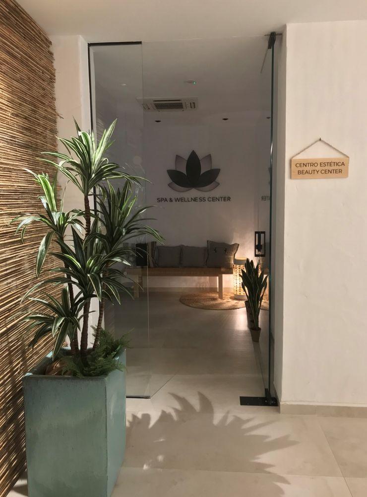 Diseño Interior de Beauty center A interiorismo by Maria Andes Hoteles de estilo mediterráneo Cerámico Blanco