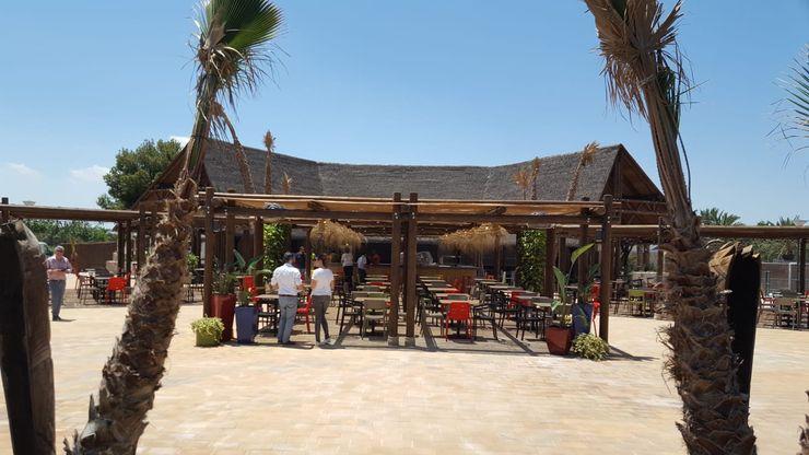 Pérgolas A interiorismo by Maria Andes Bares y clubs de estilo tropical Madera maciza Acabado en madera