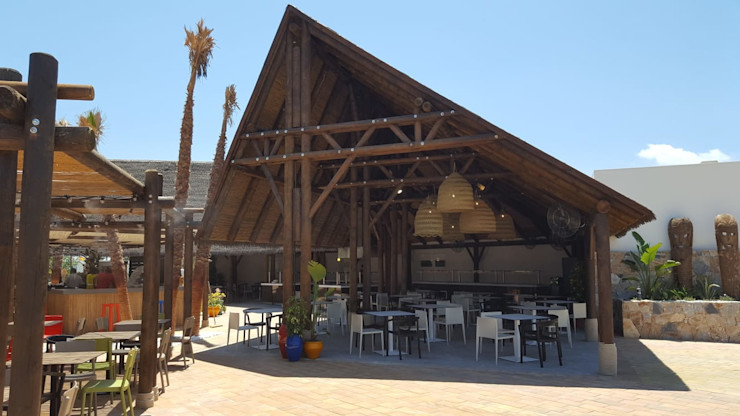 Acceso lateral a la palapa A interiorismo by Maria Andes Bares y clubs de estilo tropical Madera maciza Acabado en madera