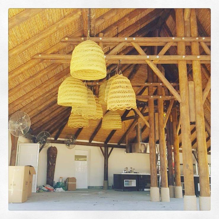 Pantallas artesanales A interiorismo by Maria Andes Bares y clubs de estilo tropical Madera maciza Acabado en madera