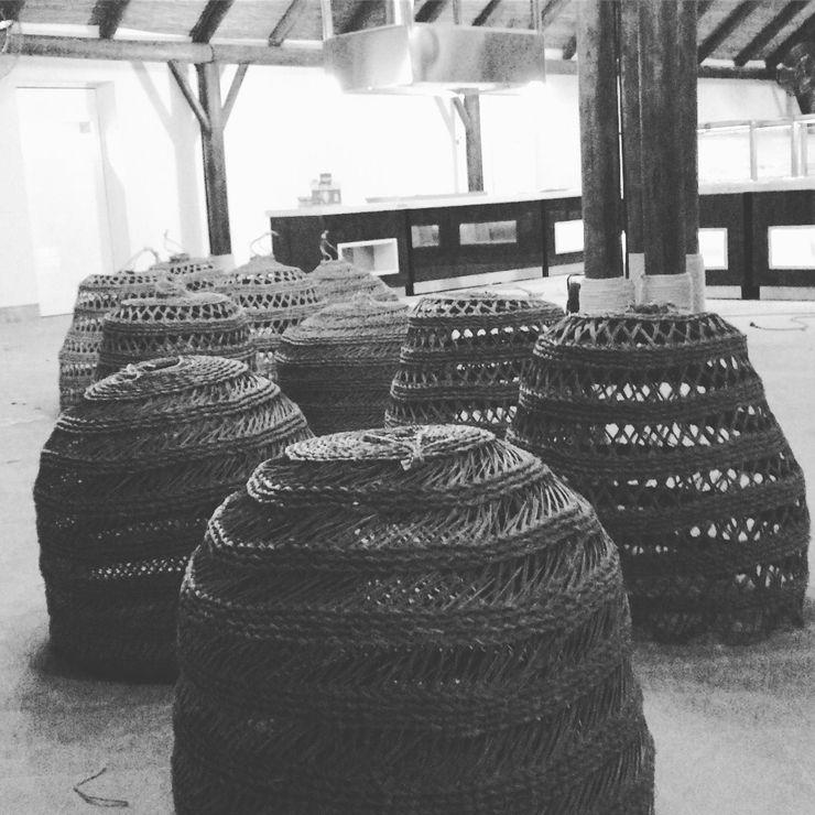 Lámparas a medida A interiorismo by Maria Andes Bares y clubs de estilo tropical Madera maciza Acabado en madera