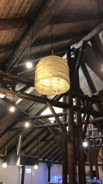 Grandes lámparas A interiorismo by Maria Andes Bares y clubs de estilo tropical Acabado en madera