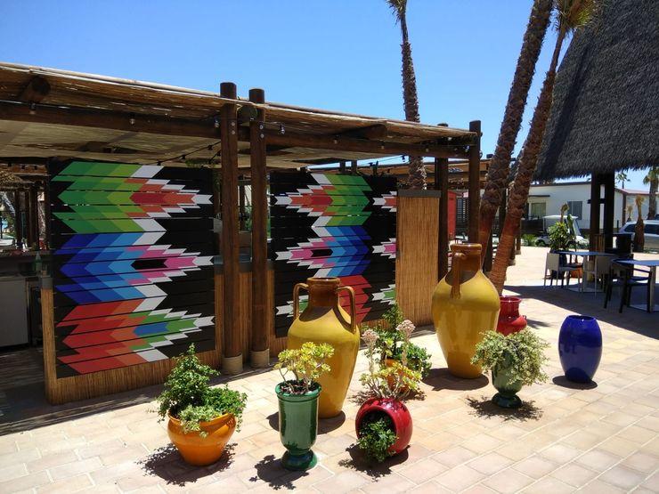 Separadores a todo color A interiorismo by Maria Andes Bares y clubs de estilo tropical