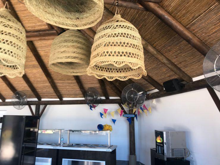 Las instalaciones A interiorismo by Maria Andes Bares y clubs de estilo tropical