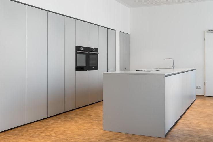 Küche mit Kochinsel Beer GmbH Einbauküche Grau