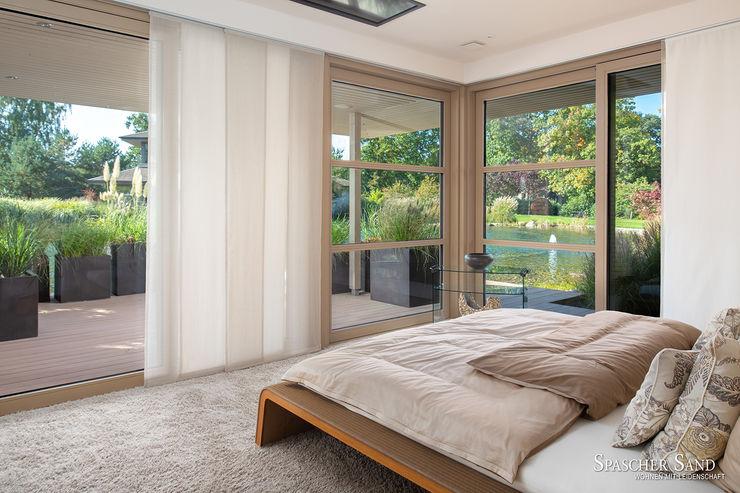 Spascher Sand - Luxus-Immobilien mit besonderer Privatsphäre HerrMittmann Moderne Schlafzimmer