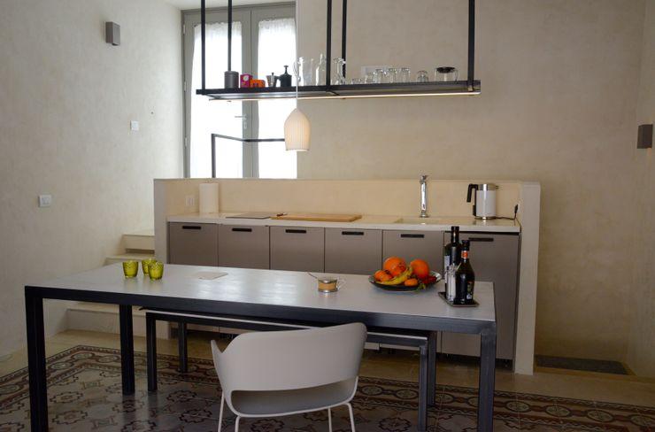Küche CONSCIOUS DESIGN - INTERIORS Kleine Küche Eisen/Stahl Beige