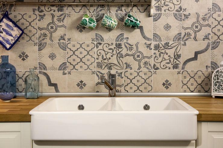 Particolare lavello rustico e paraspruzzi in cementine Arch. Sara Pizzo - Studio 1881 Cucina piccola Ceramica Bianco
