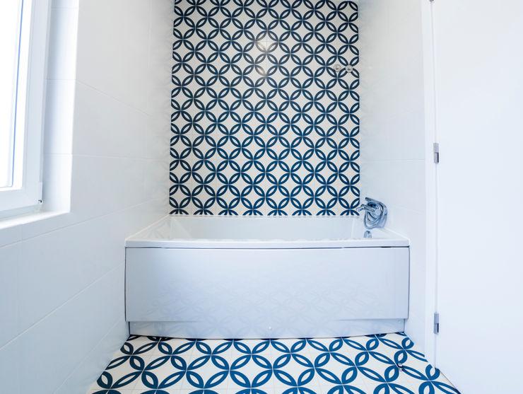 Casa de Banho de Moradia Unifamiliar na Bodadela Decor-in, Lda Casas de banho modernas Azulejo Azul
