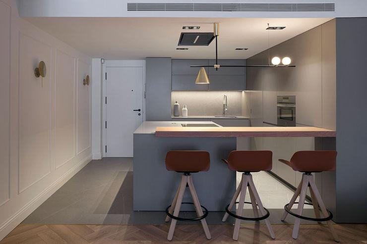 Cocina con el recibidor integrado MANUEL GARCÍA ASOCIADOS Cocinas integrales Gris