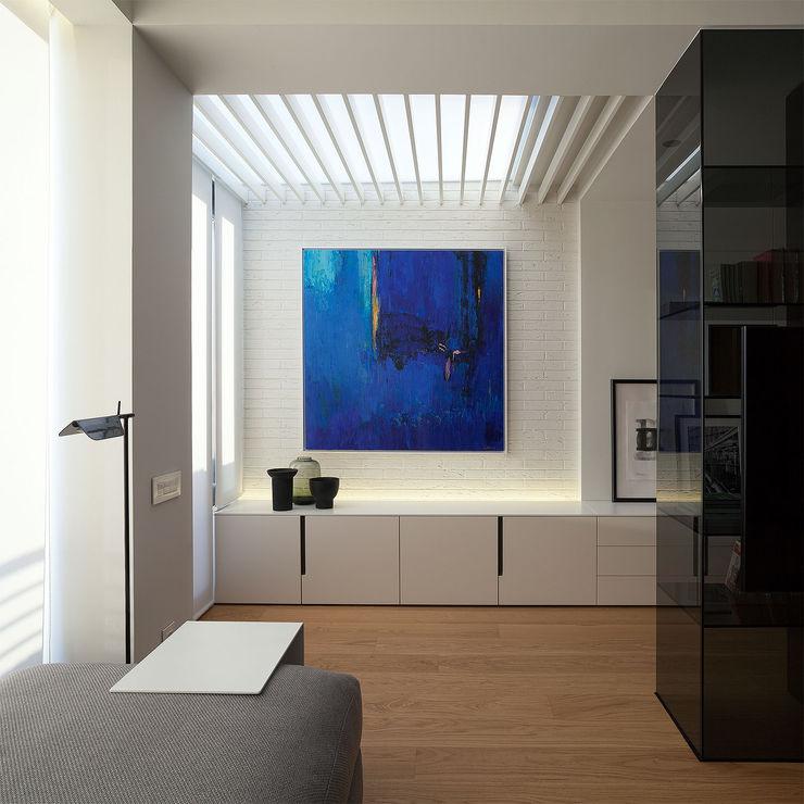 Techo en la zona de estudio con la luz indirecta MANUEL GARCÍA ASOCIADOS Salones de estilo moderno