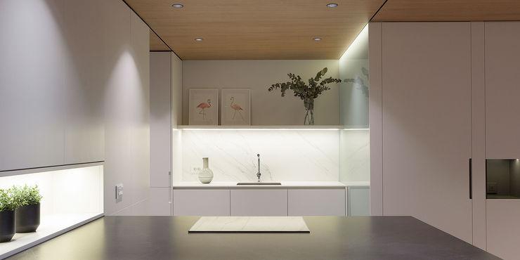 Vista frontal de la cocina MANUEL GARCÍA ASOCIADOS Cocinas integrales Blanco