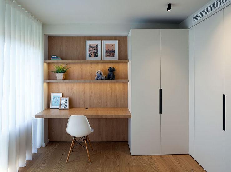 Dormitorio juvenil con la mesa volada MANUEL GARCÍA ASOCIADOS Habitaciones juveniles