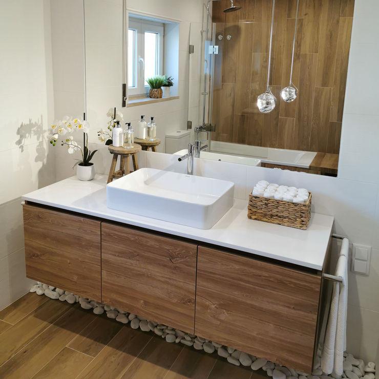 Lavatório em casa de banho (Ribamar - Ericeira) Decor-in, Lda Casas de banho modernas Madeira Branco