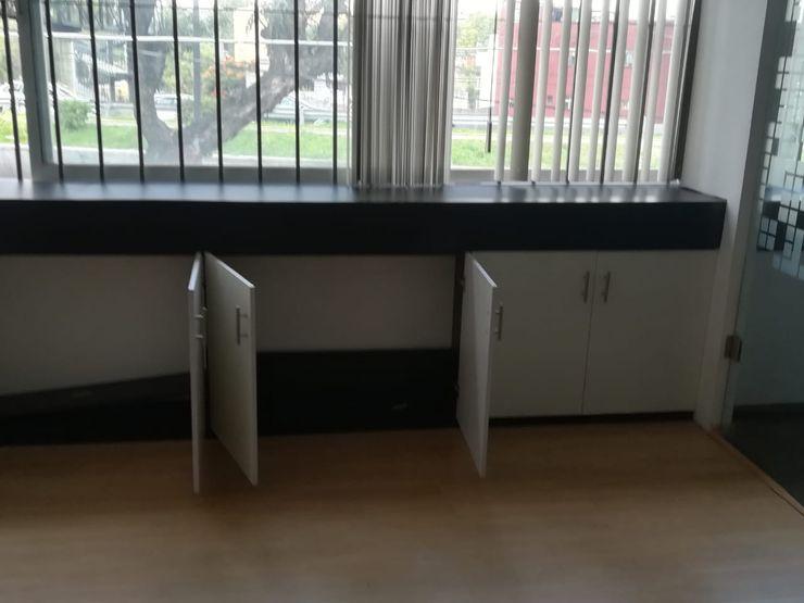 Espacio de guardado SENZA SPAZIO STUDIO Oficinas y tiendas Madera Blanco