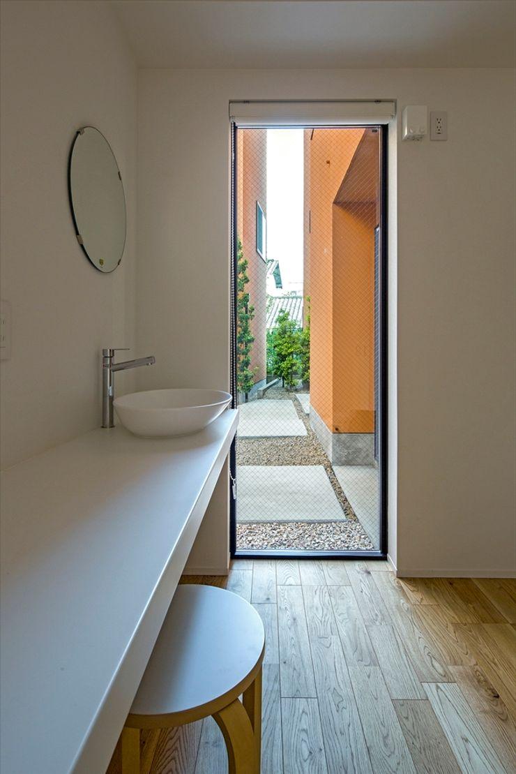 向山建築設計事務所 Mediterranean style windows & doors