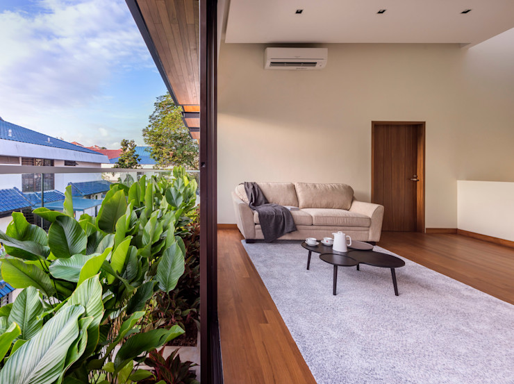 House with Screens - Family area ADX Architects Pte Ltd Modern corridor, hallway & stairs Engineered Wood Wood effect