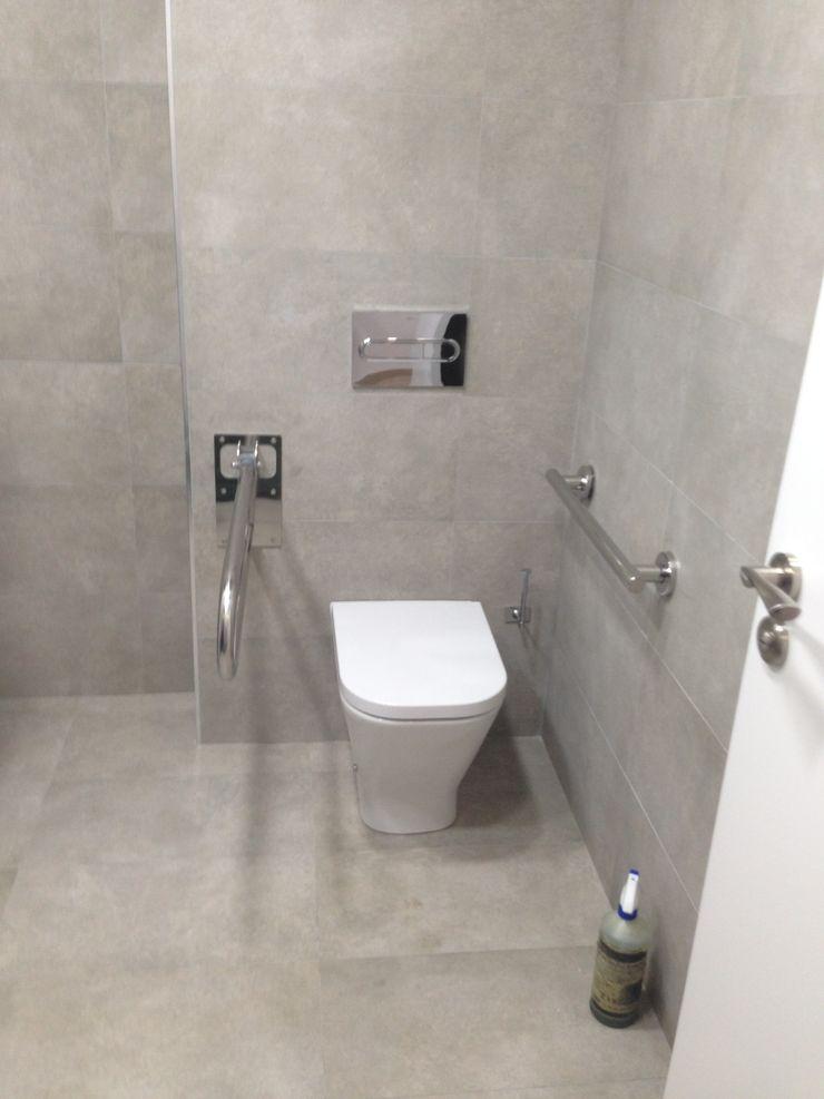 Reforma de oficinas acabada OCTANS AECO Baños de estilo moderno