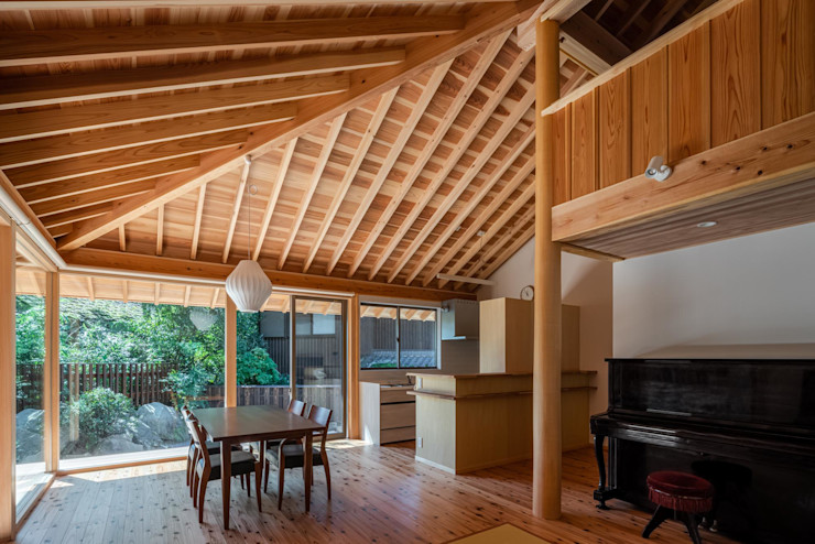 森のすみか 丸柱が印象的なリビング 株式会社 森本建築事務所 モダンデザインの リビング 木 木目調