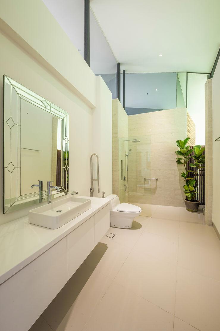 Guest Bathroom MJ Kanny Architect Tropical style bathroom
