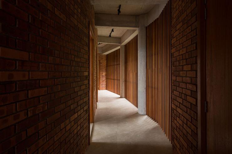 Walkway MJ Kanny Architect Tropical style corridor, hallway & stairs