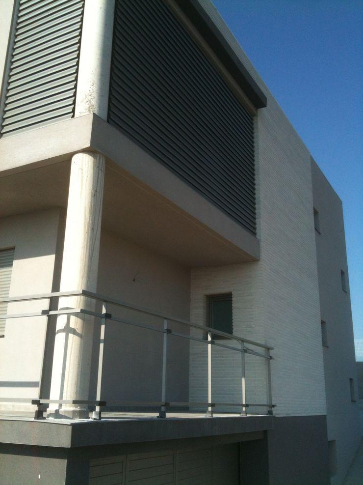 Vista exterior, fachada sur OCTANS AECO Casas de estilo moderno