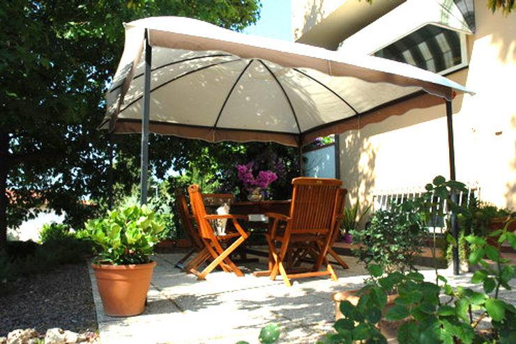Patio con gazebo e mobili da giardino in legno Arch. Sara Pizzo - Studio 1881 Giardino in stile mediterraneo