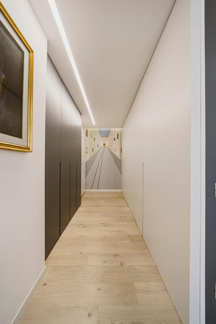 Una moderna fermata del tram Annalisa Carli Ingresso, Corridoio & Scale in stile moderno Legno Bianco
