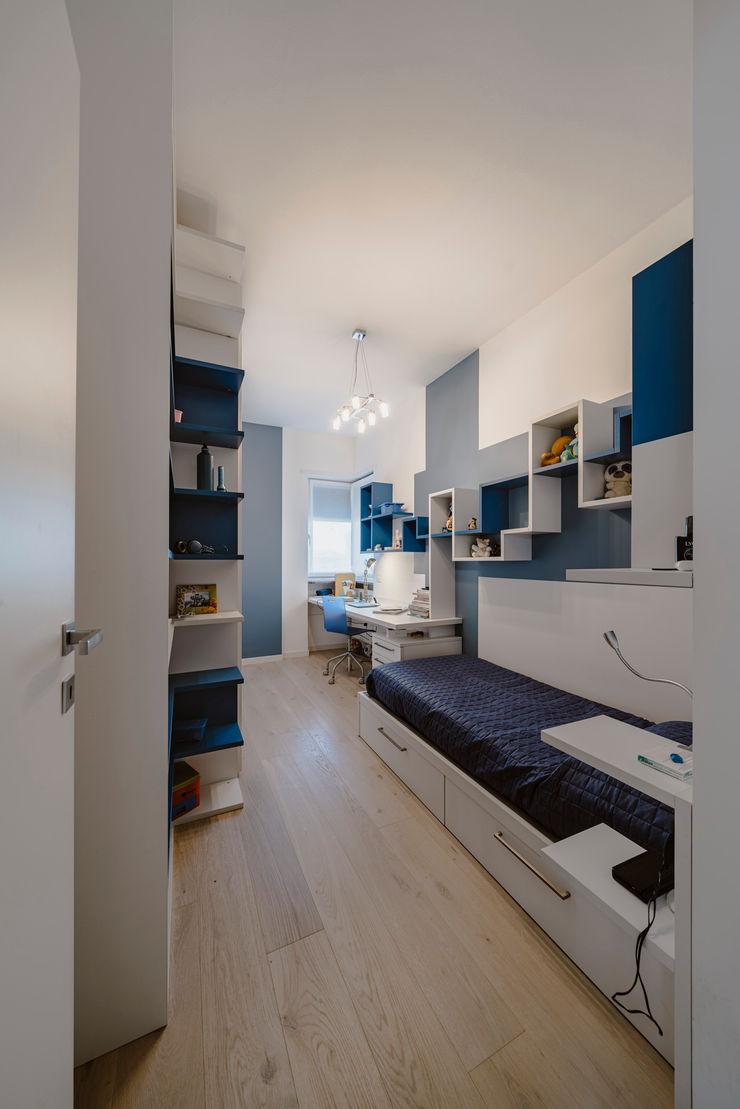 Una moderna fermata del tram Annalisa Carli Camera da letto piccola Legno Beige