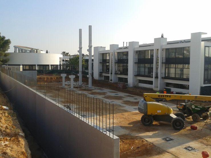 iniciando la colocación de estructura prefabricada de hormigón armado OCTANS AECO Casas de estilo industrial
