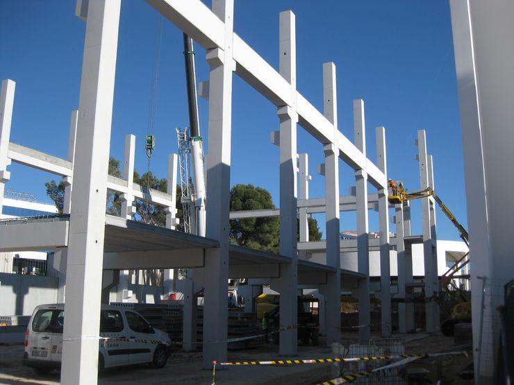 Avanzando en la instalación de estructura prefabricada de hormigón armado OCTANS AECO Casas de estilo industrial