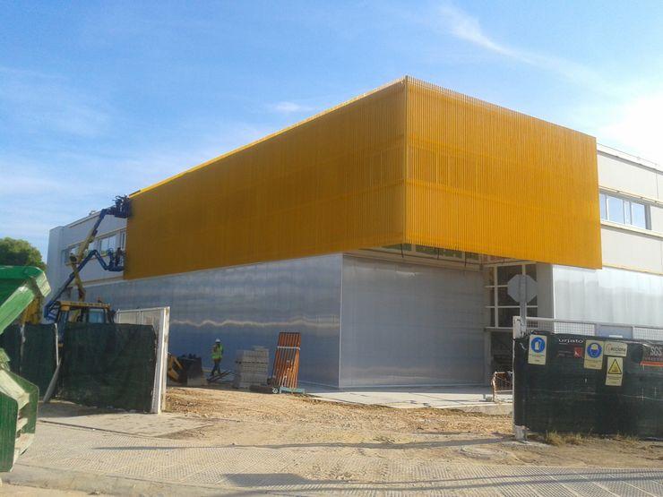 Fachadas con revestimientos plásticos OCTANS AECO Casas de estilo industrial