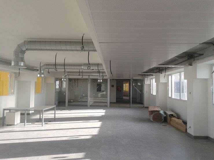 Vista interior de las oficinas en fase de ejecución OCTANS AECO Estudios y despachos de estilo industrial