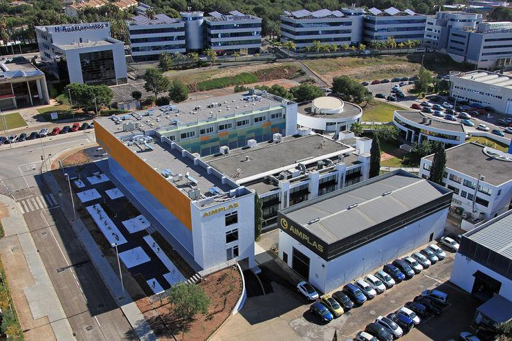 Vista aerea del conjunto con el edificio terminado OCTANS AECO Casas de estilo industrial
