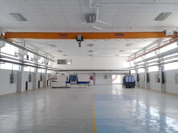 Vista interior de la zona de nave con puente grúa OCTANS AECO Estudios y despachos de estilo industrial