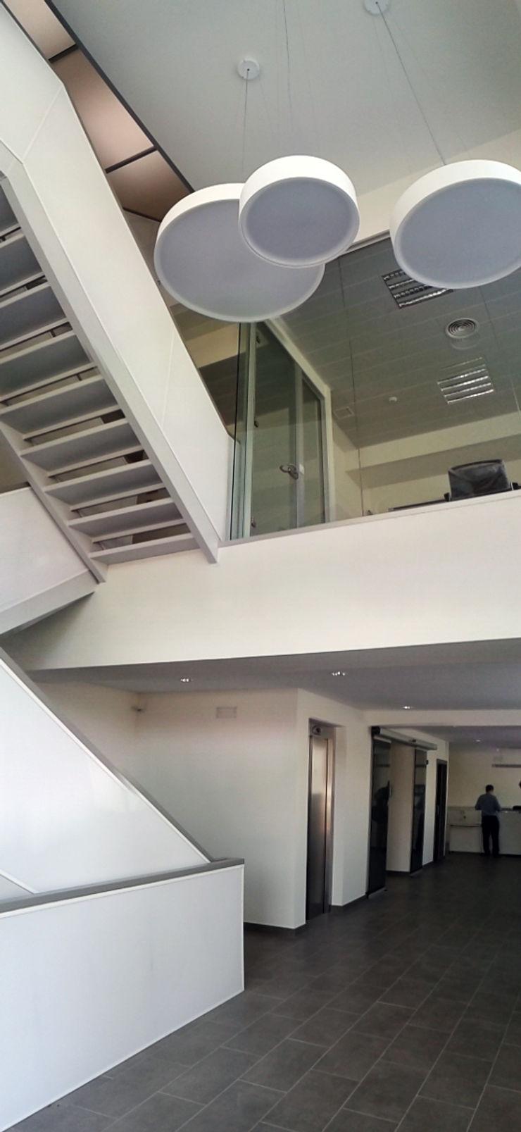 Vista interior del Hall recepción y escalera de comunicación vertical OCTANS AECO Casas de estilo industrial