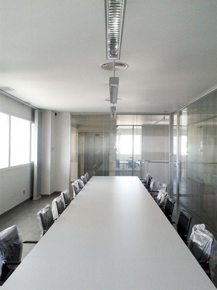 Vista interior de la zona de oficinas OCTANS AECO Estudios y despachos de estilo industrial