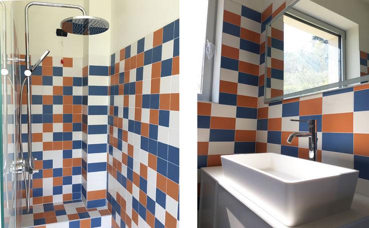 Vista interna del bagno studiolineacurvarchitetti Bagno moderno Piastrelle Blu