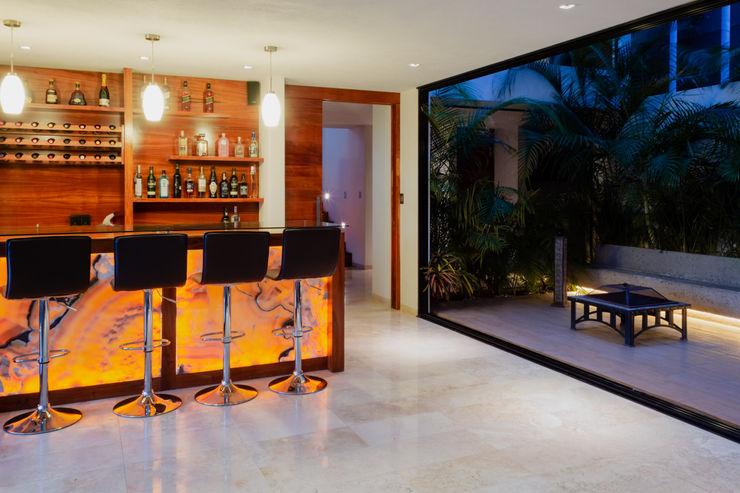 Vista al bar y terraza interior GRUPO VOLTA Bodegas modernas Mármol Beige