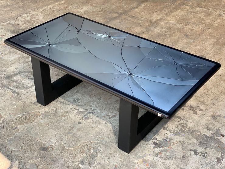 EXCÉNTRICO by Emmanuel Meneses Living roomSide tables & trays زجاج Black
